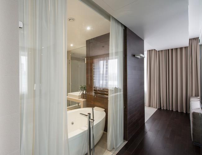 Glass en suite walls